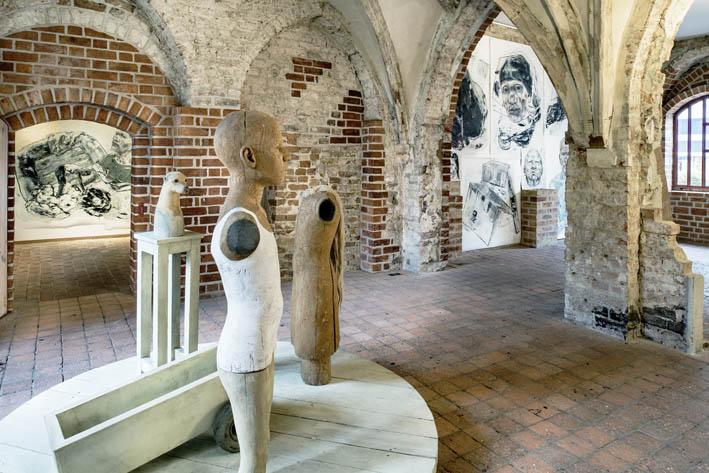 """Blick in die Ausstellung """"unbehaust"""" von Karin Christiansen im Gotischen Haus, Foto: Stadtgeschichtliches Museum Spandau, Friedhelm Hoffmann"""