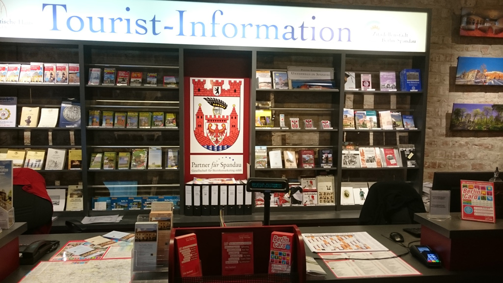 Blick auf das Informationsangebot der Tourist-Information, Foto: Partner für Spandau – PfS